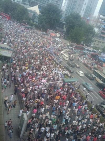 В КНР в городе Далянь демонстранты требуют закрыть химический завод. Фото: epochtimes.com