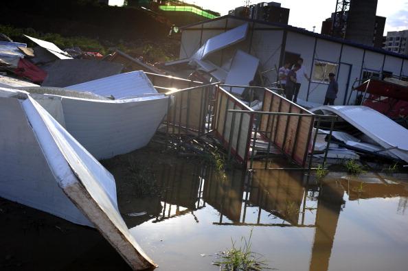 Из-за проливных дождей рухнул дом-времянка, где жили строители. Фото: ChinaFotoPress / Getty Images