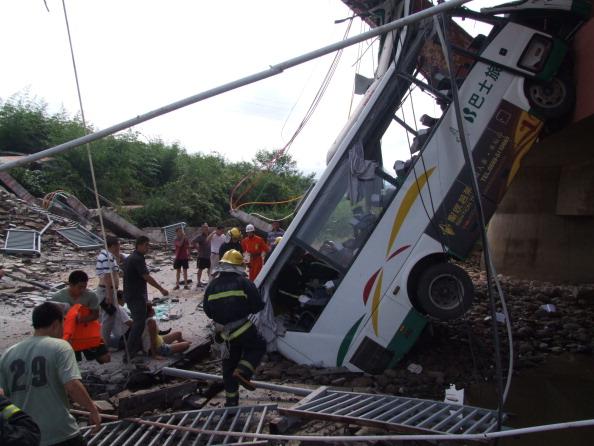 14 июля  в городе Уишань  провинции Фуцзянь рухнул мост во время передвижения по нему автобуса с пассажирами. Фото: ChinaFotoPress / Getty Images