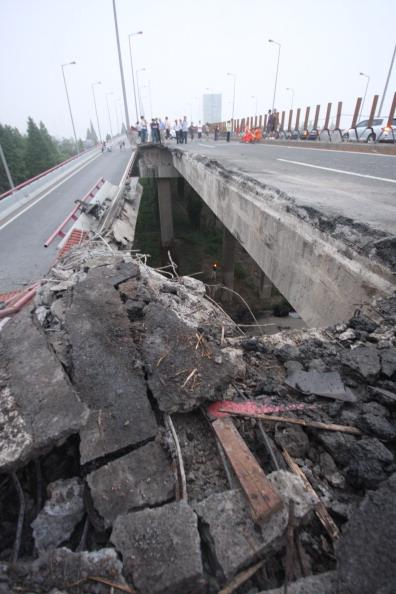 Утром 15 июля железнодорожный мост в городе Ханчжоу провинции Чжэцзян обрушился в некоторых местах, проезжавший в это время по мосту грузовик провалился в рухнувшее пространство. Фото: ChinaFotoPress / Getty Images