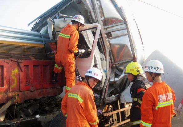 Произошло столкновение двух грузовиков на скоростном шоссе Нинбо-Вэньчжоу в Китае. Фото: ChinaFotoPress / Getty Images