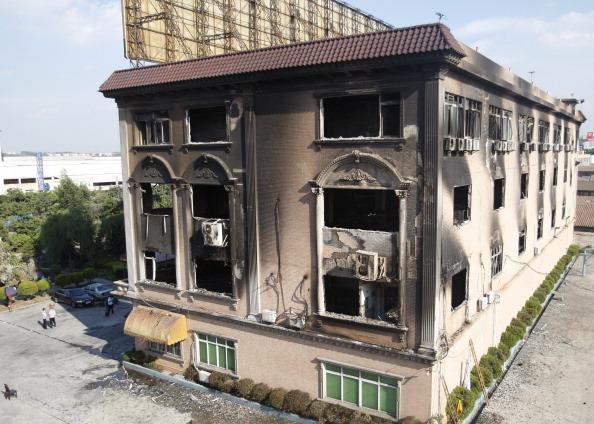 23 августа в городе Фошань провинции Гуандун в Китае произошел пожар в здании общежития завода керамики. Фото: STR / AFP / Getty Images
