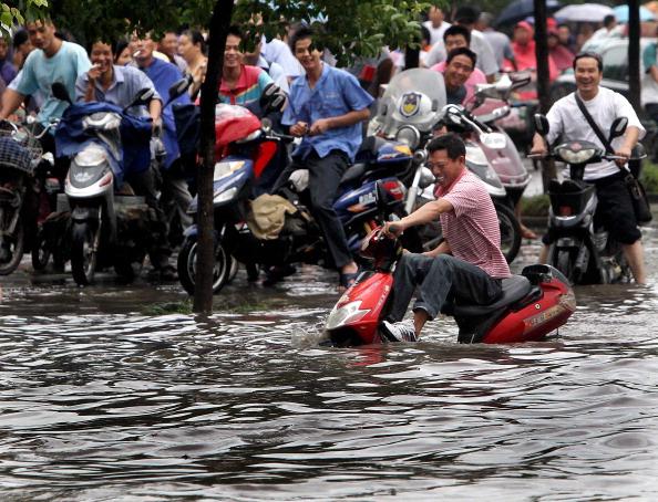 Тайфун «Нанмадол» перекинулся с острова Тайвань на юг восточного побережья Китая. Фото: STR / AFP / Getty Images