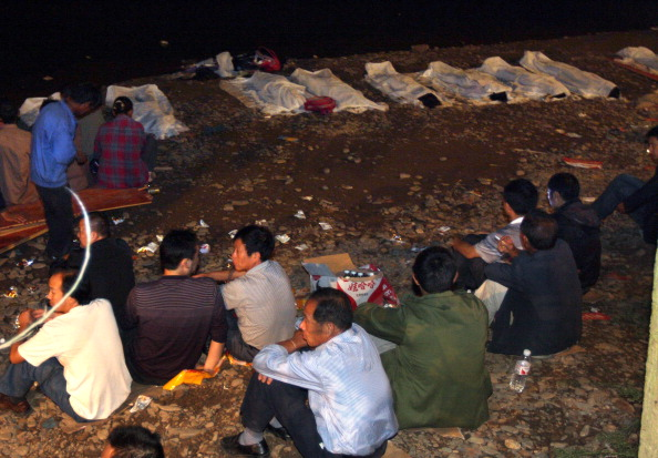 Паром, на котором находились преимущественно школьники, возвращавшиеся домой на праздники, затонул в реке Фуи в окрестностях города Тантянь. Фото: STR / AFP / Getty Images