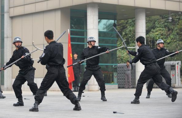 Китайская полиция демонстрирует новое орудие борьбы с участниками акций протеста.Фото: STR / AFP / Getty Images