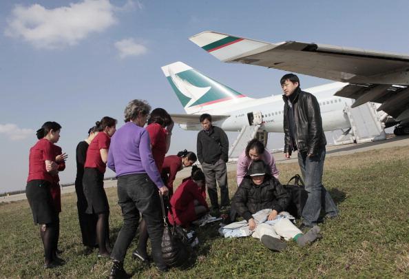 Лайнер покинули 351 пассажир и 19 членов экипажа. Фото:STR / AFP / Getty Images
