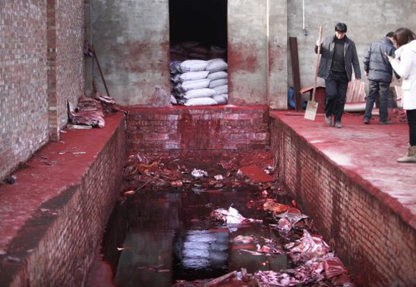 Отходы красной краски из трубы напрямую сливались в реку. Фото:STR/AFP/Getty Getty Images