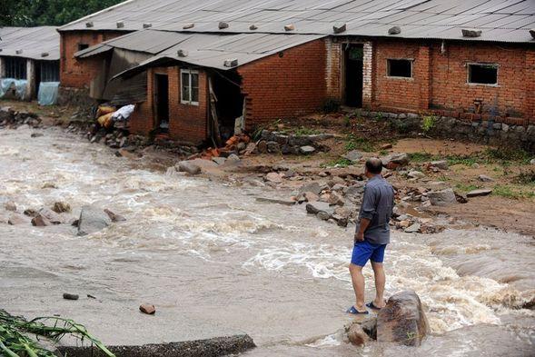 . Перед домом крестьян разлилась огромная река. Фото: kanzhongguo.com