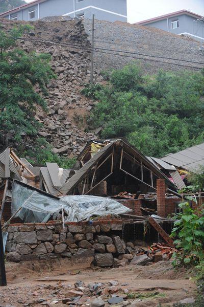 Разрушенный дом, сваленный потоком с горы. Фото: kanzhongguo.com