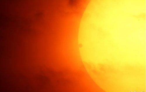 Маленькая темная точка на Солнце и есть Венера. Фото: secretchina.com