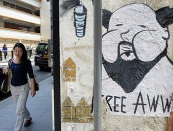 На улицах Гонконга надписи с требованием освободить художника Ай Вэйвэя. Фото: Getty Images