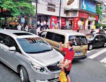 Доброволец европейского происхождения  в Гуанчжоу контролирует дорожное движение, даже военных машин. Фото: epochtimes.com