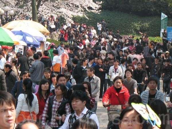 На празднике цветения вишни в Китае. Город Ухань. Март 2011 год. Фото: The Epoch Times