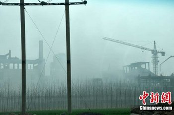 Ядовитые выбросы из завода Jiaozuo Dongfang Gold and Lead Group Co.Ltd. Провинция Хэнань. Фото: China News