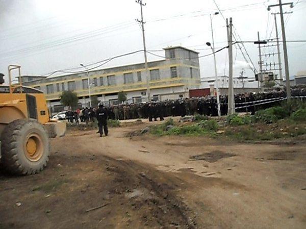 Отряды полиции прибыли для разгона крестьян, защищающих свою землю. Провинция Гуанси. Март 2011 год. Фото с epochtimes.com