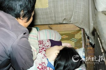 Спящая более 20 лет Гао отвернулась, услышав, что пришёл корреспондент. Фото с news.sohu.com