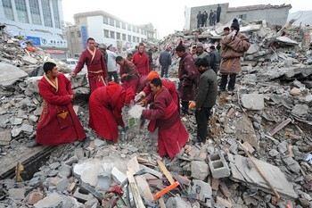 Тибетские монахи помогают в поисках выживших после землетрясения. Провинция Цинхай. Апрель 2010 год. Фото: AFP