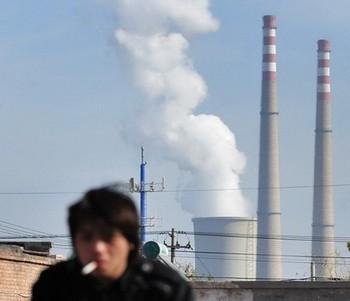 Курение и ухудшение экологии являются одними из основных причин заболевания раком лёгких в Китае. Фото: FREDERIC J. BROWN/AFP/Getty Images
