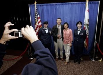 Эта китайская пара только что дала присягу и стала гражданами США. Фото: Justin Sullivan/Getty Images