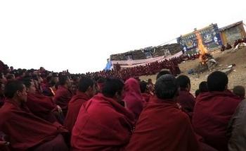 Около двух тысяч тибетских монахов совершают кремацию тела Пхунцога, совершившего самосожжение в знак протеста против репрессивной политики режима КНР по отношению к тибетцам. 16 апреля 2011 год. Провинция Сычуань. Фото с блога писательницы Войсер