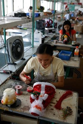 Игрушки в Китае производятся практически рабским трудом китайских рабочих. Фото: China Photos/Getty Images