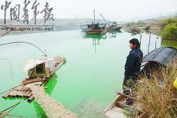 Рыбак смотрит на загрязнённую кадмием воду реки Лунцзян. Январь 2012 год. Фото с finance.sina.com.cn