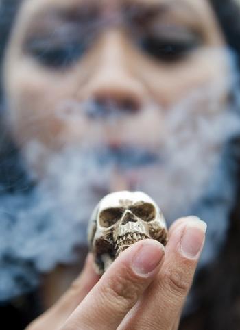 В Китае от болезней, связанных с курением ежегодно умирает миллион человек. Фото: LUIS ACOSTA/AFP/Getty Images