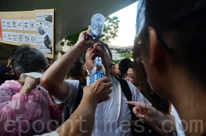 Демонстранты, пострадавшие от перцовой воды, которой полицейские брызгали им в лицо. Гонконг. Июнь 2012 год. Фото: The Epoch Times