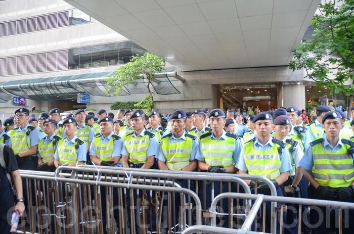 Кордон полиции возле входа в здание, где Ху Цзиньтао участвует в банкете. Гонконг. Июнь 2012 год. Фото: The Epoch Times