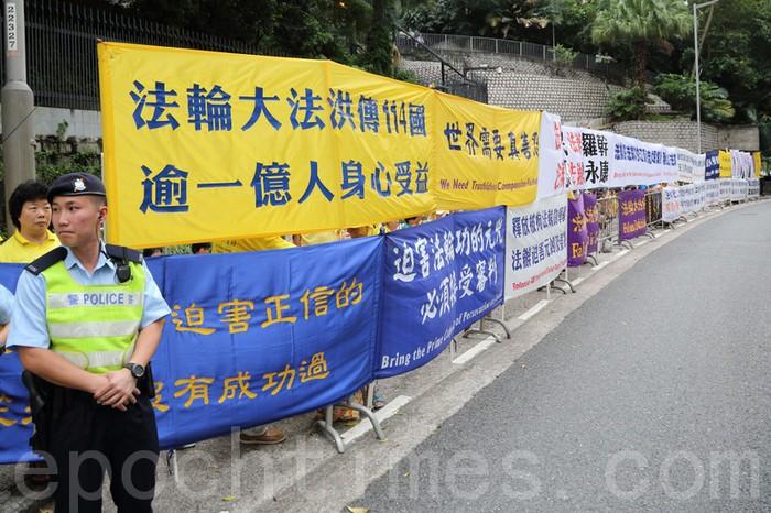 Сторонники Фалуньгун призывают китайского лидера прекратить репрессии своих единомышленников в КНР. Гонконг. Июнь 2012 год. Фото: The Epoch Times