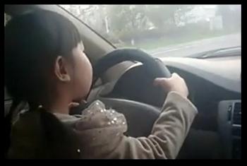 Четырёхлетняя китаянка за рулём