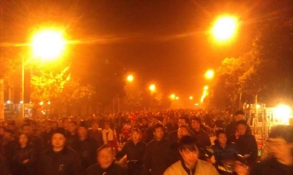 Протест рабочих химической корпорации Chuanhua. Город Чэнду провинции Сычуань. Декабрь 2011 год. Фото: epochtimes.com