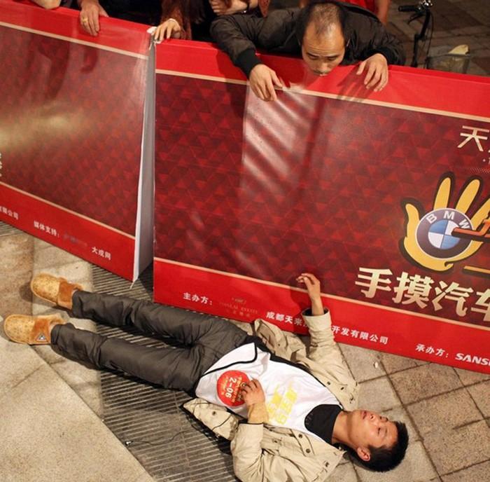 Один из троих оставшихся участников соревнований четвёртый день упал и больше уже не смог встать. Май 2012 год. Фото с news.ifeng.com