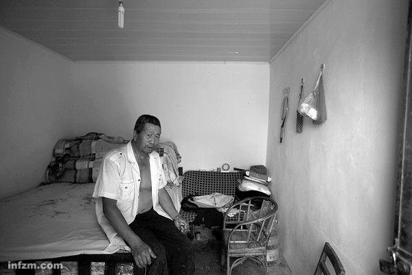 Ли Юнцзу переоборудовал свинарник под жилую комнату. Провинция Юньнань. 2011 год. Фото с kanzhongguo.com