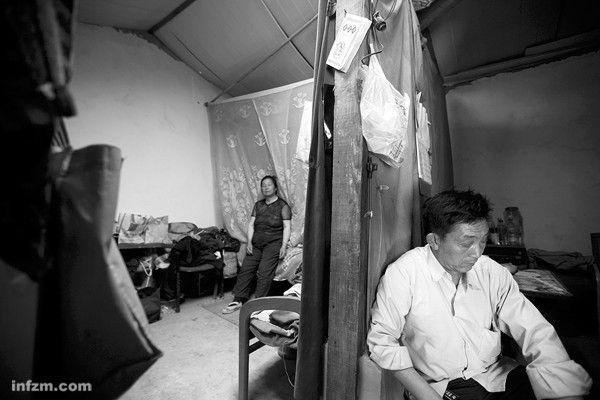 Пожилые супруги живут в переоборудованном свинарнике. Провинция Юньнань. 2011 год. Фото с kanzhongguo.com
