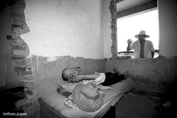 Хан Чжаоцзинь не найдя никакого временного жилья, вернулся жить в свой полуснесённый дом. . 2011 год. Фото с kanzhongguo.com