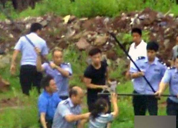 Полицейские бьют палками рабочую кирпичного завода. Провинция Хунань 2011 год. Фото с kanzhongguo.com