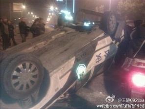 Недовольные горожане разбили два полицейских автомобиля. Город Сиань провинции Шэньси. Декабрь 2011 год. Фото с epochtimes.com