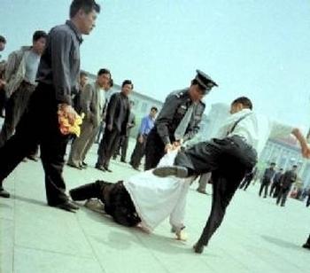 Китайские полицейские хватают последователя Фалуньгун. Фото: minghui.org