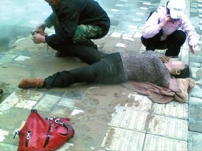 Женщина провалилась под тротуар в яму с горячей водой. Пекин. Апрель 2012 год. Фото: iask.ca