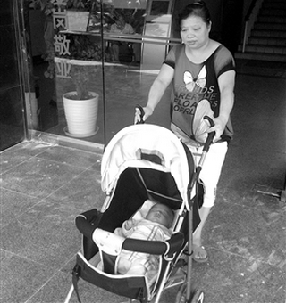 Бабушка малыша проданного в другую семью, выходит из полицейского участка с ребёнком, которого нашли и вернули назад. Фото с news.cn
