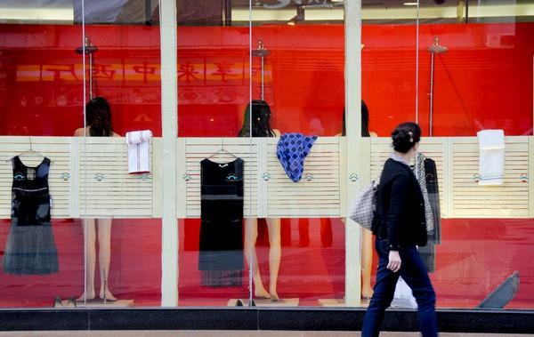 Рекламная компания в витрине магазина одежды под названием «красавицы выходят из душа». Город Ланьчжоу провинции Ганьсу. 30 сентября 2011 год. Фото: ifeng.com