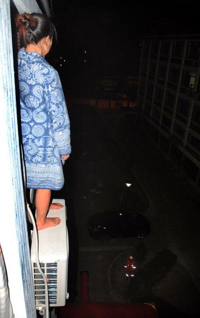 26-летняя женщина собирается покончить с собой после того, как полиция не смогла найти украденные у неё ноутбук и 3500 юаней. Город Вэньлинь провинции Чжэцзян. 2 октября 2011 год. Фото: ifeng.com