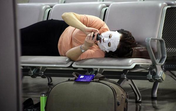 Пассажирка ожидает своего рейса. Аэропорт Пудун в Шанхае. 25 сентября 2011 год. Фото: ifeng.com