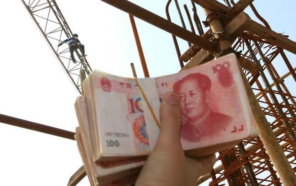 Трое строительных рабочих залезли на 30-метровую стрелу крана и пригрозили прыгнуть вниз, если хозяин не выплатит им зарплату за все месяцы работы. Через шесть часов переговоров им привезли деньги, 120 тысяч юаней. Таким образом удалось избежать трагедии. Город Сяньян провинции Шэньси. 21 сентября 2011 год. Фото: ifeng.com