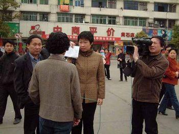 Вот так китайские СМИ вынуждены брать так называемое «интервью на улице». Публиковать можно только «положительную информацию», которую требуют партийные цензоры, поэтому текст «правильного» мнения пишет на бумаге и «интервьюируемый» его просто зачитывает. Фото с secretchina.com