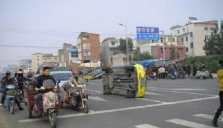 В ходе протеста таксисты разбили и перевернули несколько автомобилей нелегальных перевозчиков. Провинция Хэнань. Ноябрь 2011 год. Фото с epochtimes.com