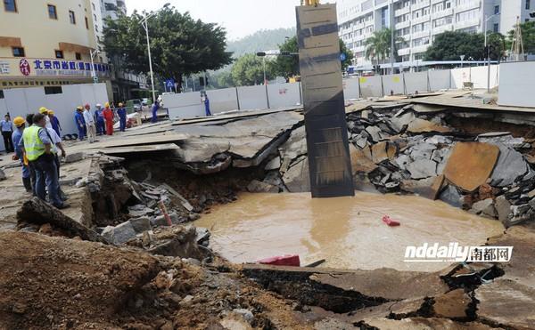 Провал на дороге. Город Шэньчжэнь провинции Гуандун. Октябрь 2011 год. Фото с kanzhongguo.com
