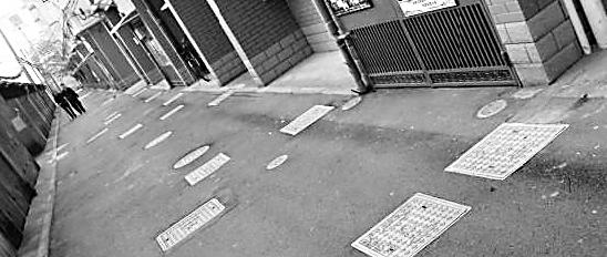 На тротуаре длиной 80 метров расположено 110 канализационных люков. Город Ханчжоу. Фото с epochtimes.com