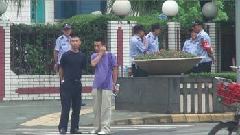 Возле здания суда в день судебного разбирательства по делу семерых последователей Фалуньгун. Фото: minghui.org